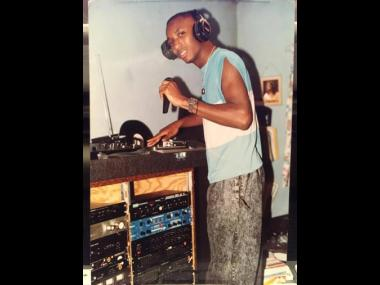 As a young artiste, Davidson did a cover of Shabba Ranks's 'Trailer Load a Girl', titled 'Trailer LLeno de  Guiales'.