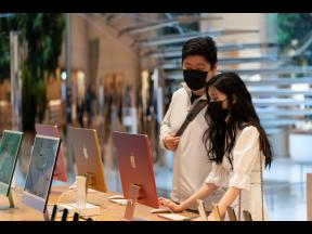 Customers view the new 24-inch iMac desktop computers in an Apple store in New York on May 21.