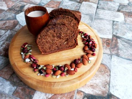Amisony's vegan banana bread is served with hot chocolate.