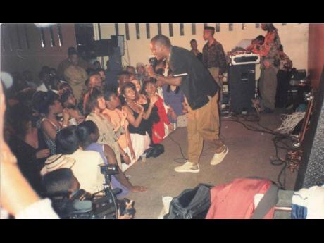 Davidson's musical career on the Panamanian reggae scene began in 1990.