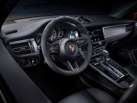The new Porsche Macan offers a substantially enhanced interior with a modern and elegantly designed centre console.