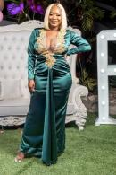 One time for the birthday chick!  Pia Jordine, stylishly stands out in this flowing-meets-form-fitting turquoise dress.